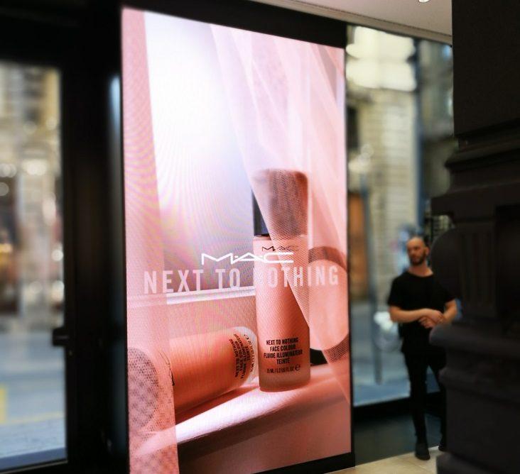 Monitor pubblicitari in vetrina: una risorsa per il Retail